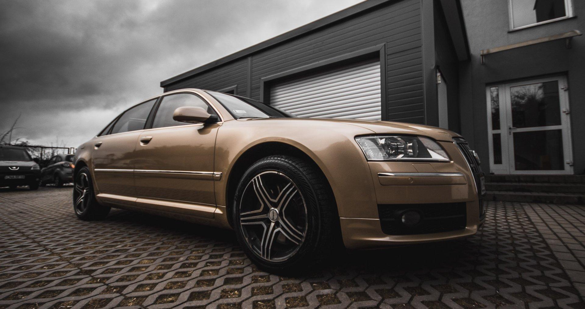 Audi przed Budynkiem Krucza 18