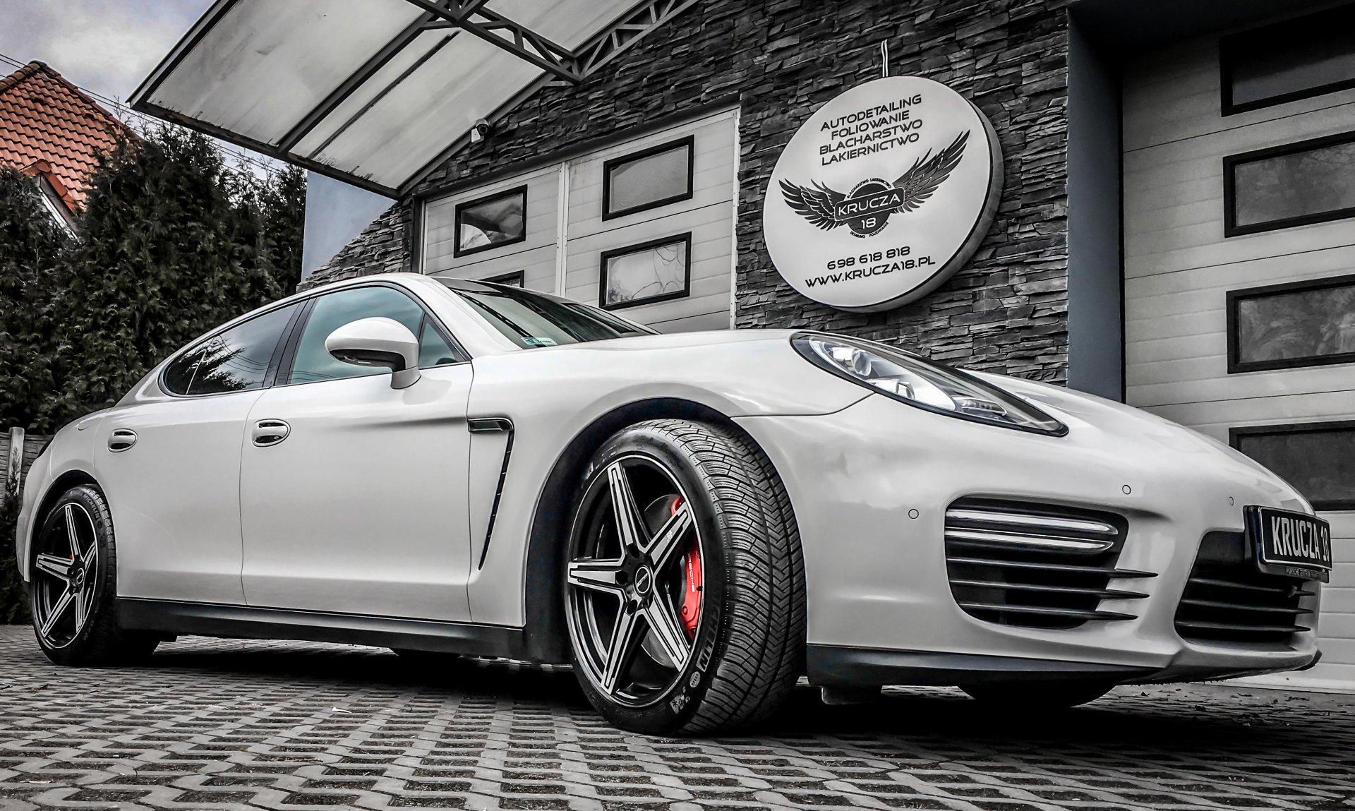 Porsche na Krucza 18 w Osielsku obok Bydgoszczy.