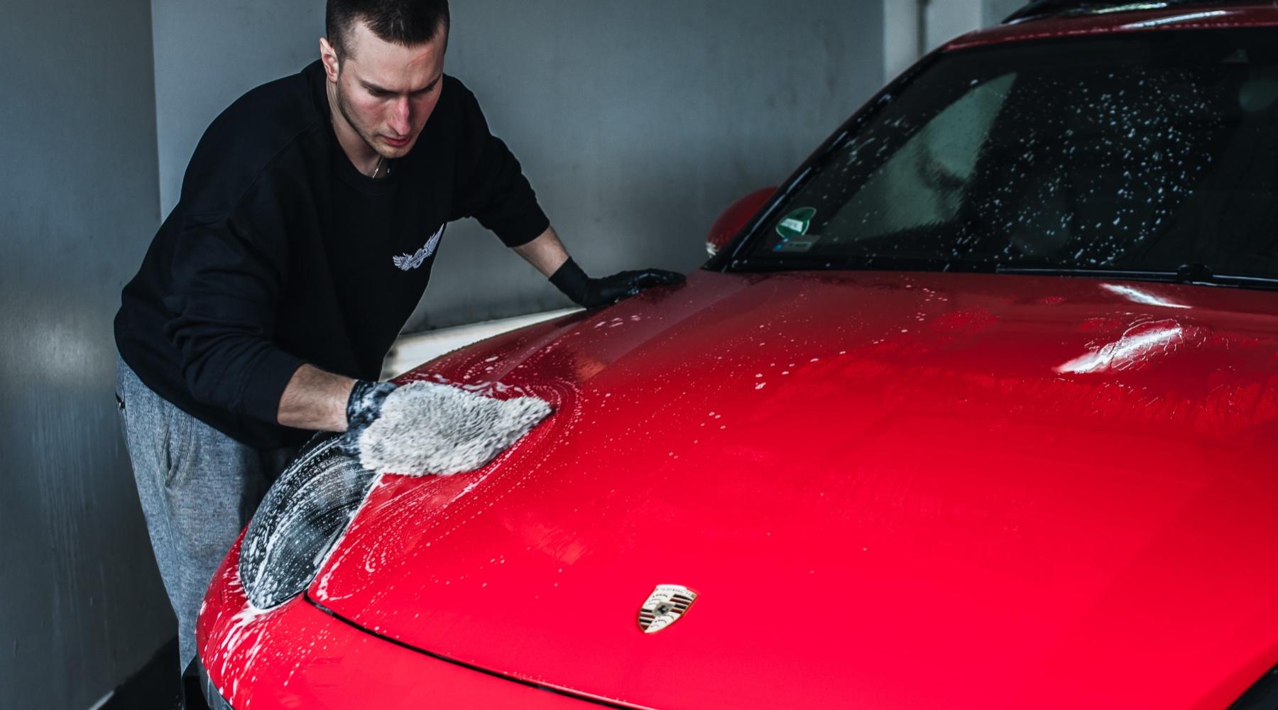 Pracownik  myjący Porsche na ręcznej myjni samochodowej na Krucza 18 w Osielsku obok Bydgoszczy.