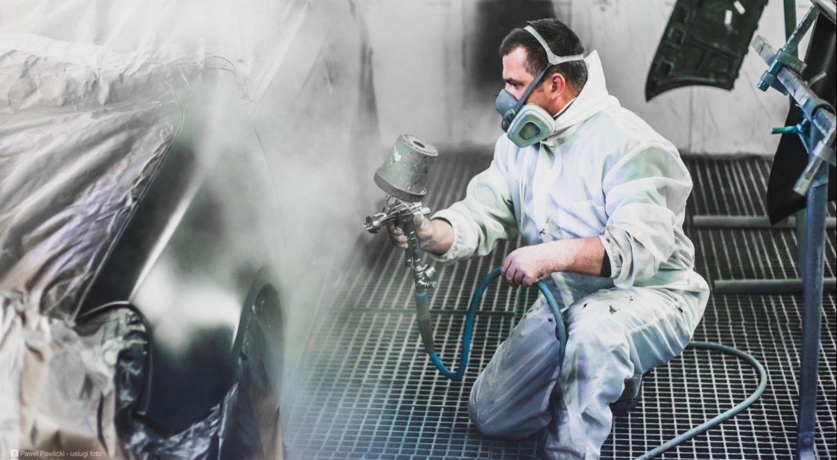 Profesjonalny lakiernik, lakierujący samochód w komorze bezpyłowej na Krucza 18 w Osielsku obok Bydgoszczy.