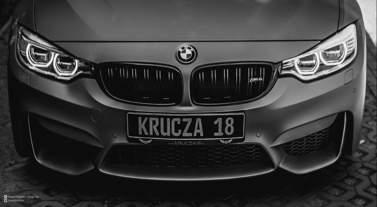 Przód BMW po zmianie koloru folią na Krucza 18 w Osielsku obok Bydgoszczy.